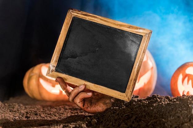 Zbliżenie dłoni trzymającej tablicę