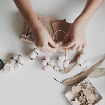 Zbliżenie dłoni wiązanej nici