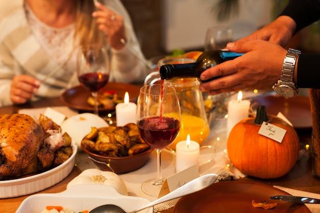 Zbliżenie dłoni wlewu wina