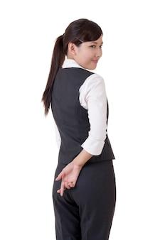 Zbliżenie dłoni womans z palcami skrzyżowanymi za plecami.