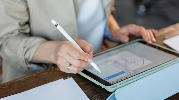 Zbliżenie dłoni z cyfrowym piórem