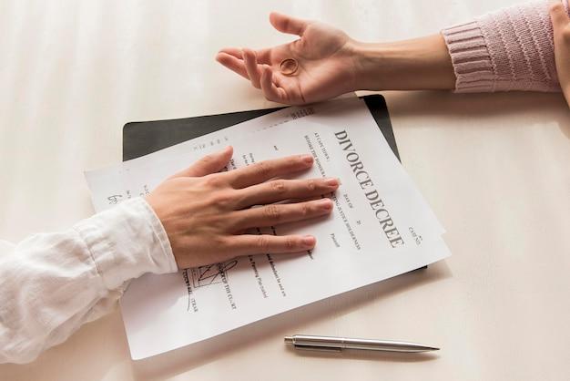 Zbliżenie dłoni z dekretem rozwodowym
