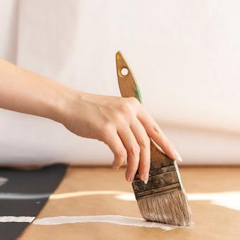Zbliżenie dłoni z malowania pędzlem