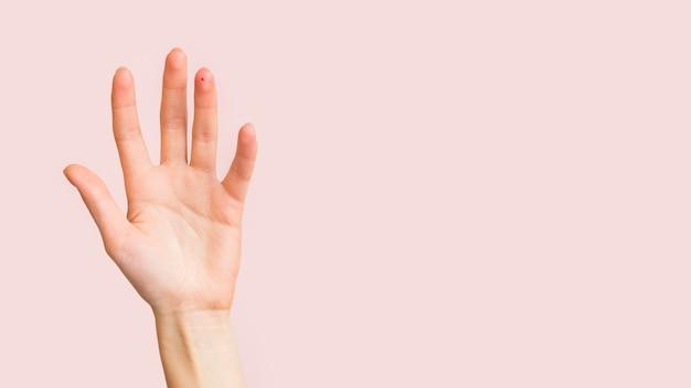 Zbliżenie dłoni z miejsca kopiowania