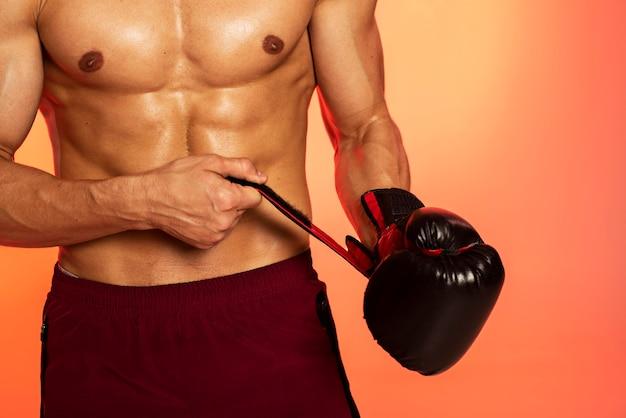 Zbliżenie dłoni z rękawicą bokserską