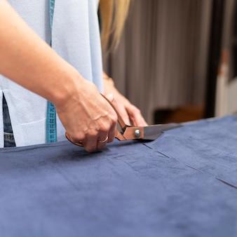 Zbliżenie dłoni za pomocą nożyczek