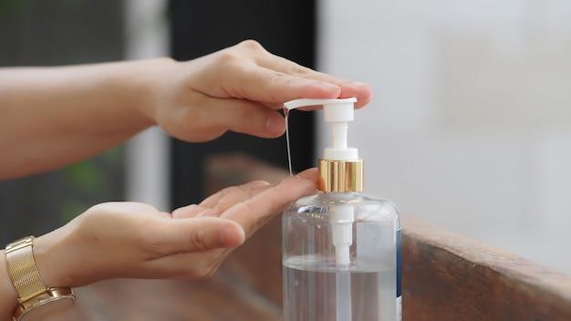 Zbliżenie dłoni za pomocą pompy żelu dezynfekującego do zabijania bakterii i wirusów, zdrowa koncepcja