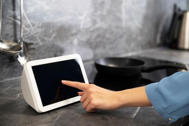 Zbliżenie dłoni za pomocą urządzenia