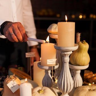 Zbliżenie dłoni zapalanie świec