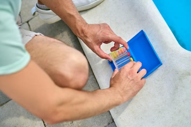 Zbliżenie dłoni ze wskaźnikami lacmus