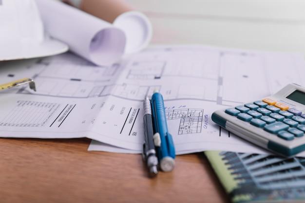 Zbliżenie długopisy i kalkulator na plany