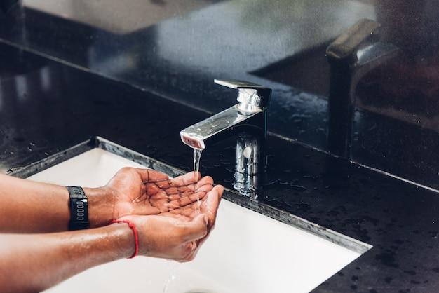 Zbliżenie do mycia rąk wcieranie mydła i wody w zlewach, aby zapobiec higienie wybuchu koronawirusa