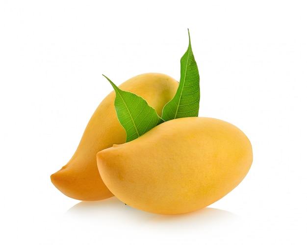 Zbliżenie: dojrzałe i świeże mango