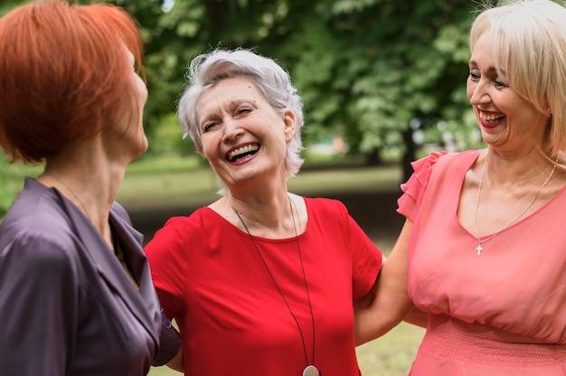 Zbliżenie dojrzałe kobiety śmieją się