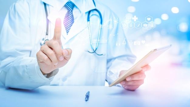 Zbliżenie doktora pokazuje dane analityki medycznej.