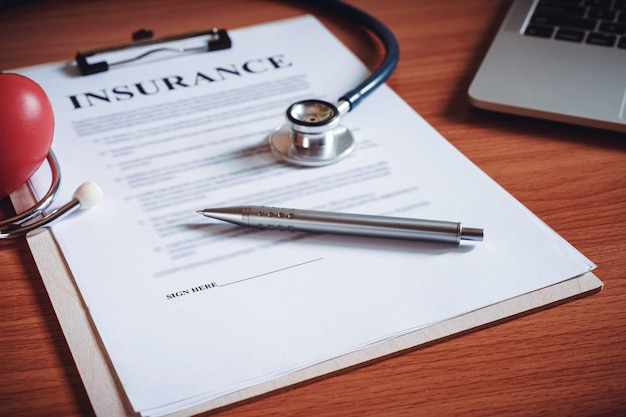 Zbliżenie dokumentów umowy ubezpieczenia. koncepcja warunków polisy ubezpieczenia na życie.