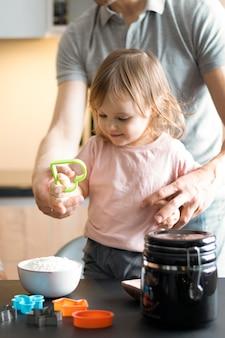 Zbliżenie dorosły i dziecko trzyma kształt