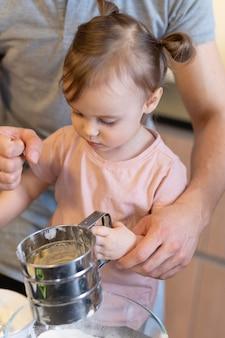 Zbliżenie Dorosły Pomaga Dzieciak Premium Zdjęcia