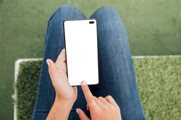 Zbliżenie dotykając palcem ekranu z makiety