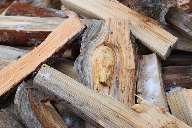 Zbliżenie drewna opałowego w zimie