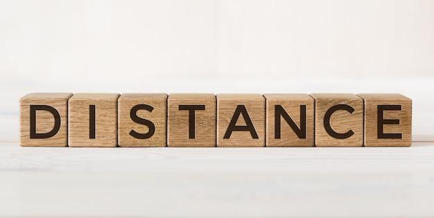Zbliżenie drewniany blok odległość litery na białym tle. kostki alfabetu.