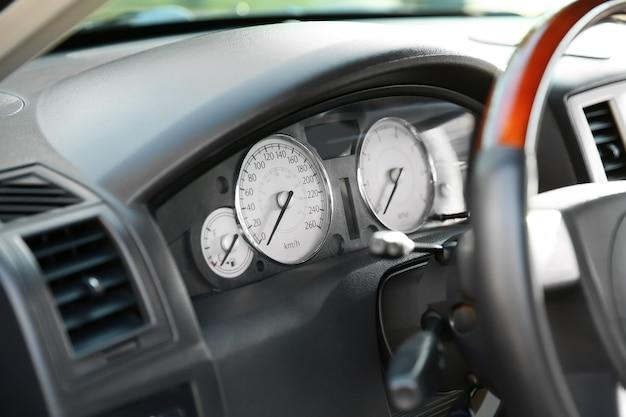 Zbliżenie drogiego wnętrza samochodu