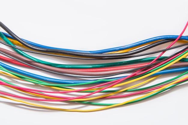Zbliżenie drutu elektrycznego kabla na białym tle, mieszanina wielobarwnych przewodów.
