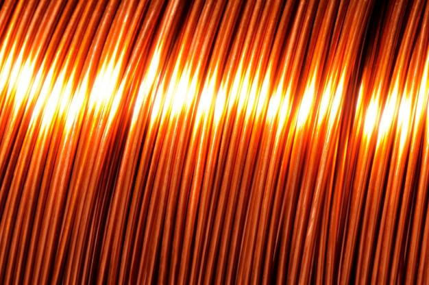 Zbliżenie dużej zwoju drutu miedzianego podczas produkcji części technicznych