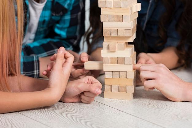 Zbliżenie dzieci bawiące się jenga