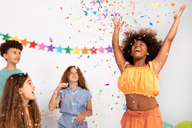 Zbliżenie dzieci bawiące się konfetti