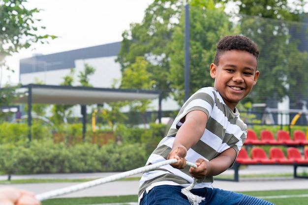 Zbliżenie dzieci bawiące się liną