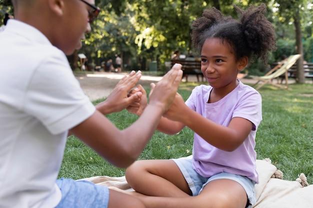 Zbliżenie dzieci bawiące się razem