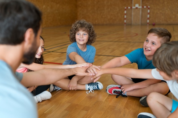 Zbliżenie dzieci i nauczyciel wychowania fizycznego