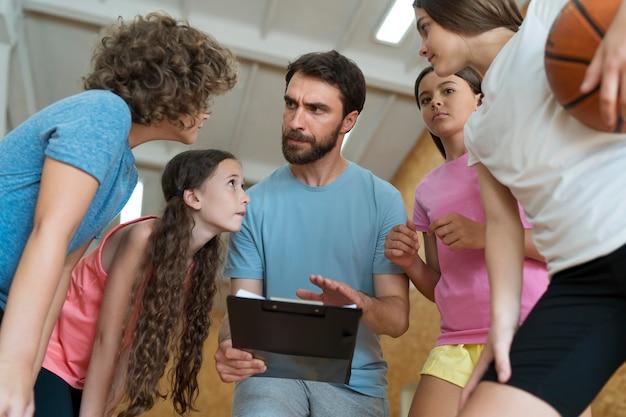 Zbliżenie dzieci i nauczyciela dyskutującego