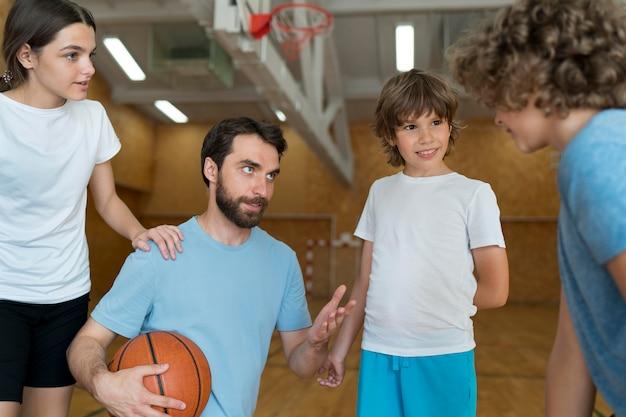 Zbliżenie dzieci i nauczyciela rozmawiającego