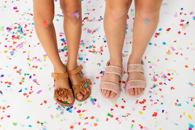 Zbliżenie dzieci świętujące z konfetti