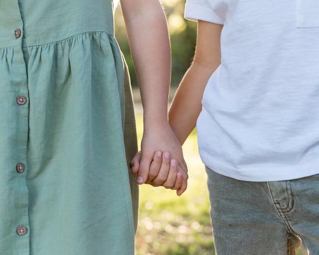 Zbliżenie dzieci trzymając się za ręce