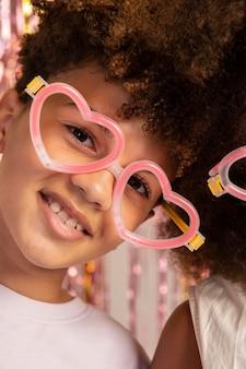 Zbliżenie dzieci w uroczych okularach