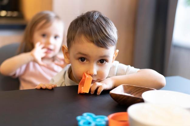 Zbliżenie dzieci z kształtami