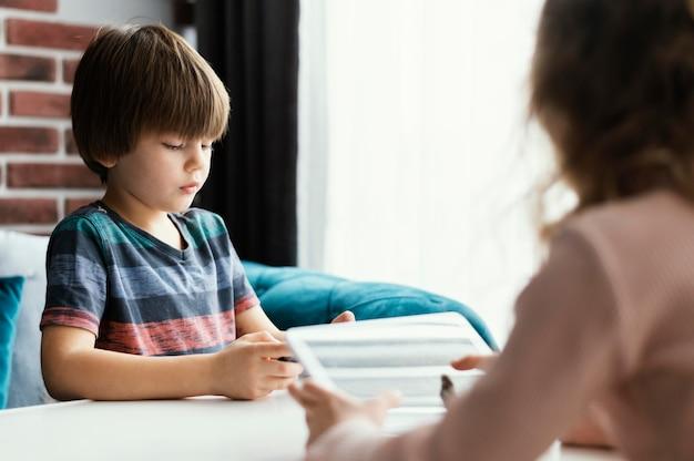 Zbliżenie dzieci z urządzeniami