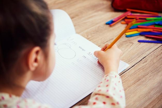 Zbliżenie dziecka odrabiającego pracę domową