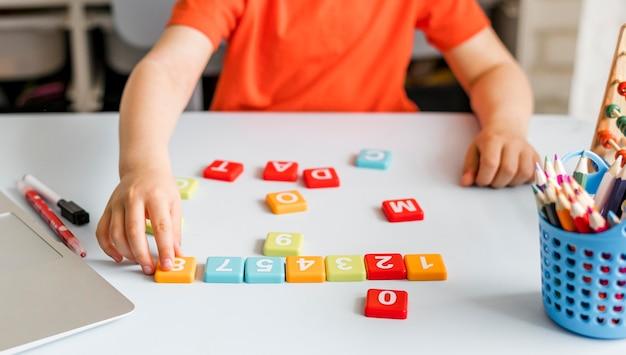 Zbliżenie dziecko grając w pomieszczeniu