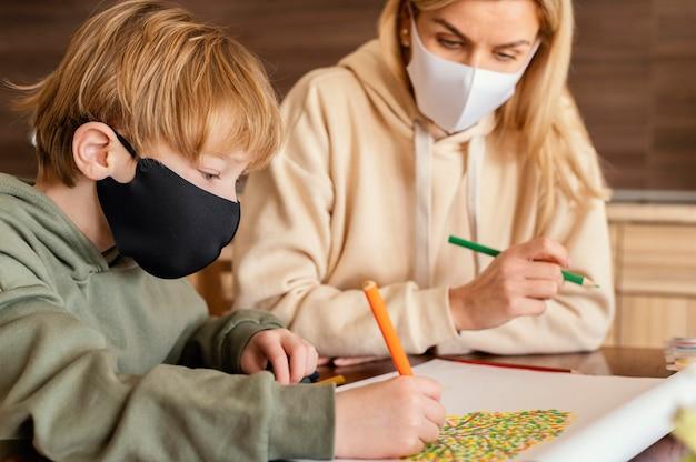 Zbliżenie dziecko i rysunek dla dorosłych