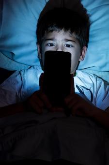 Zbliżenie dziecko na telefon