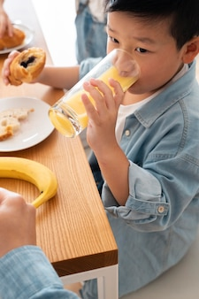 Zbliżenie dziecko pijące sok