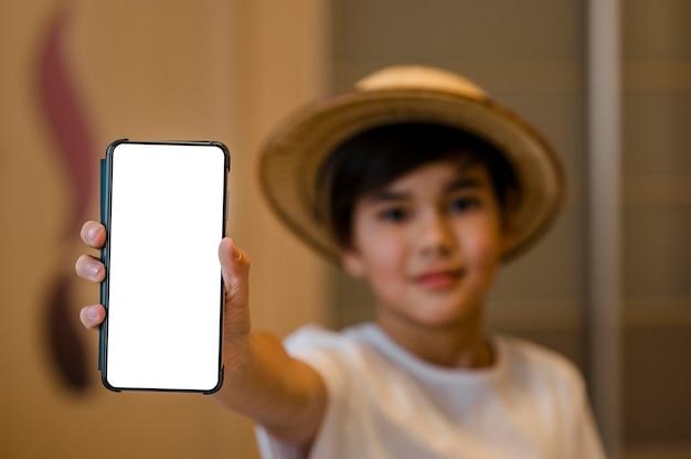 Zbliżenie dziecko trzymając smartfon
