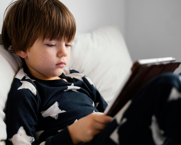 Zbliżenie dziecko trzymając tabletkę