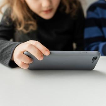 Zbliżenie dziecko trzymając telefon