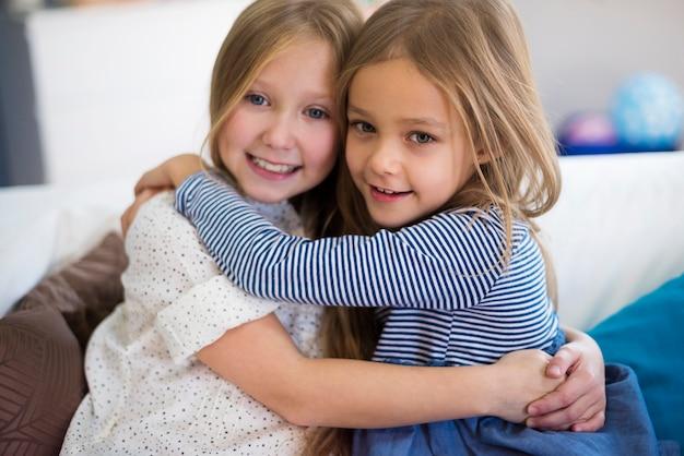 Zbliżenie dziewcząt obejmujących się nawzajem