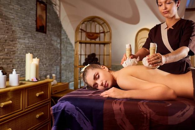 Zbliżenie: dziewczyna masaż z torby w salonie spa